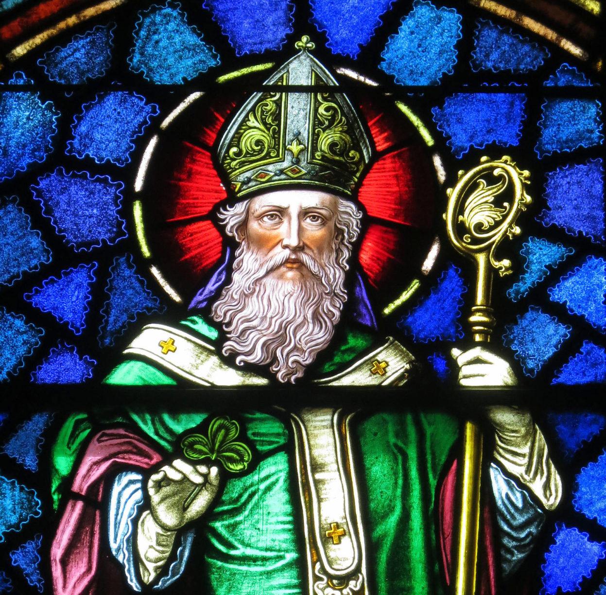 St. Patrick Foto https://commons.wikimedia.org/wiki/Category:Saint_Patrick#/media/File:Saint_Patrick_Catholic_Church_(Junction_City,_Ohio)_-_stained_glass,_Saint_Patrick_-_detail.jpg